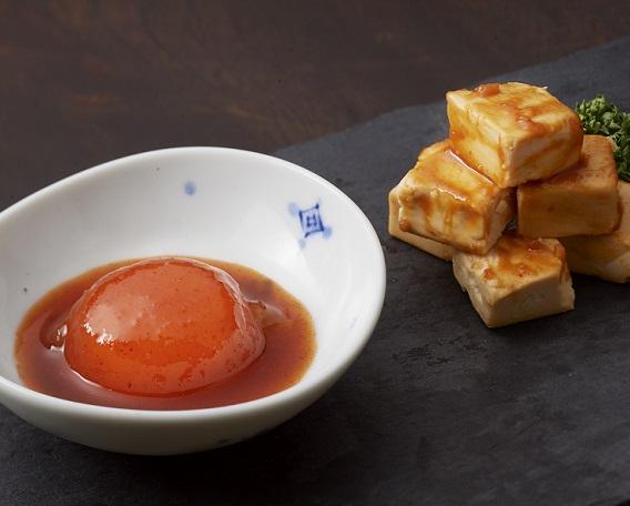 卵黄のキムチ漬け(写真左)の画像